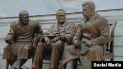 Ливадиядә Черчиль, Рузвельт һәм Сталин һәйкәле