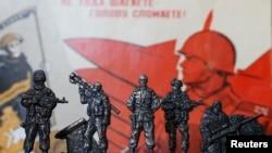 """Colecţia soldăţeilor de plumb cu separatişti din estul Ucrainei - """"Soldaţii Novorosiei"""", într-un magazin din Moscova"""