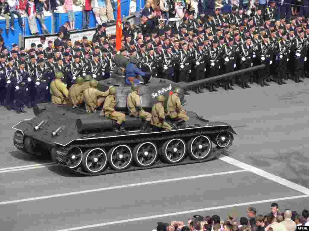 Колону радянської військової техніки часів Другої Світової очолює танк Т-34.