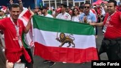 هواداران تیم ملی ایران با پرچم شیر و خورشید در سطح شهر سنپترزبورگ