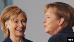 """""""Форбс"""" басылмасы аялзат өкүлдөрүнүн эң таасирдүүлөрү катары Германия канцлери Ангела Меркел айымды жана андан эки орун артта - АКШ мамлекеттик катчысы Хиллари Клинтонду белгилейт. 2009-жыл, жетинин айы (ноябр)."""
