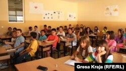 Ndër problemet që po përcjellin sistemin arsimor në Kosovë, janë edhe klasat e mbipopulluara siç shihet në këtë foto të bërë para një viti.