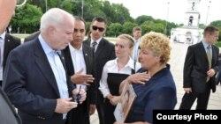 Senatorul republican John McCain s-a întâlnit în timpul vizitei sale de o zi la Chişinău şi cu Stela Surchicean, care protesta împotriva detenţiei la Tiraspol a fiului său, Ilie Cazac. 11 iunie 2011.