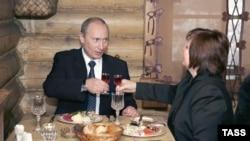 Супруги Путины отметили победу «Единой России» в ресторане русской кухни