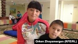 Айман Садуакасова с сыном Айдаром в игровой комнате реабилитационного центра. Астана, 13 сентября 2013 года.