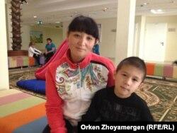 Айман Сәдуақасова ұлы Айдармен ойын бөлмесіне келді. Астана, 13 қыркүйек 2013 жыл.