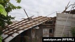 Երևանում ուժեղ քամու հետևանքով վնասված տանիք, արխիվ