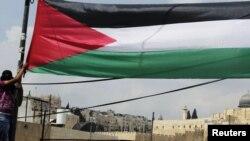 Flamuri palestinez në Ras al-Amud.