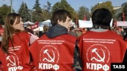 Пока лидеры коммунистов искали подходящий зал для суда, их сторонники разошлись по домам