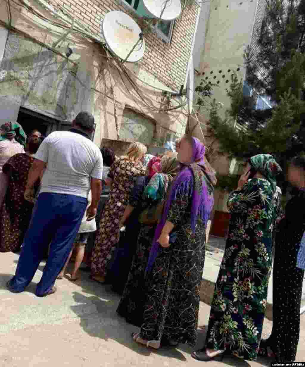 Очередь за продуктами питания в государственном магазине, Лебапский велаят Туркменистана.