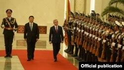 China - President Xi Jinping greets his Armenian counterpart Serzh Sarkisian in Beijing, 25Mar2015.