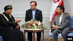 فهد بن محمود ال سید (چپ) نماینده ویژه سلطان قابوس در دیدار با محمود احمدی نژاد، رییس جمهور اسلامی ایران.