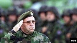 General Vladimir Lazarević salutira vojnicima specijalnih snaga na Kosovu, septembar 2000.