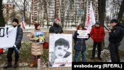 Акцыя салідарнасьці з украінскай лётчыцай Надзеяй Саўчанкай каля амбасады Расеі ў Менску 21 сакавіка 2016 году