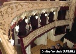 """Иржина Богдалова приветствует публику из ложи после показа фильма """"Ухо"""""""