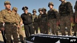 Армянские военнослужащие у гроба Манвела Сарибекяна, армяно-азербайджанская граница, 4 ноября 2010 г.