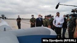 Vučić na prikazu bespilotnih letelica iz Kine na vojnom aerodromu u Batajnici