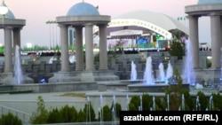 Туркменистан в прежние годы вошел в книгу рекордов Гиннеса по количеству фонтанов, вода в которые подается из горных источников под Ашхабадом.