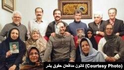 جایزه امسال کانون مدافعان حقوق بشر در منزل علیرضا رجایی به او اهدا شده است.