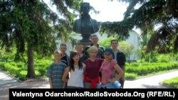 Відвідувачі Колодяжненського літературно-меморіального музею біля погруддя Лесі Українки, 1 серпня 2013 року
