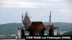 Судно «Адмірал Кузнецов» у плавучому доку ПД-50, селище Росляково, Мурманськ, архівне фото, 2011 рік
