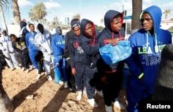 Беженцы из разных стран Африки, пытающиеся через Ливию попасть в Европу. Порт Триполи, 2018 год