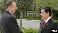 Presiden Azerbaijan Ilham Aliyev (kiri) dan mitranya dari Turkmenistan, Gurbanguly Berdymukhammedov (file foto)