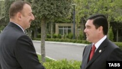 Azeri prezidenti Ylham Aliýew (çepde) we türkmen prezidenti Gurbanguly Berdimuhamedow, Baku, 2008-nji ýylyň 19-njy maýy.