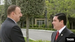 Azerbaijan's President Ilham Aliyev (left) with his Turkmen counterpart Gurbanguly Berdymukhammedov in Baku in May 2008, when the chances for a resolution to the dispute seemed more likely.