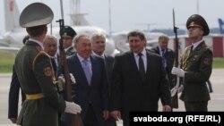 Президента Казахстана Нурсултана Назарбаева встречают в аэропорту в Минске. 26 августа 2014 года.
