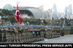 Török csapatok sorakoznak az azeri hadsereg mellett a bakui Szabadság téren.