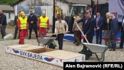 """Premijerka Srbije Ana Brnabić i Radovan Višković, predsjednik Vlade Republike Srpske na polaganju kamena temeljca za izgradnju hidroelektrane """"Buk Bijela"""", 17. maj 2021."""