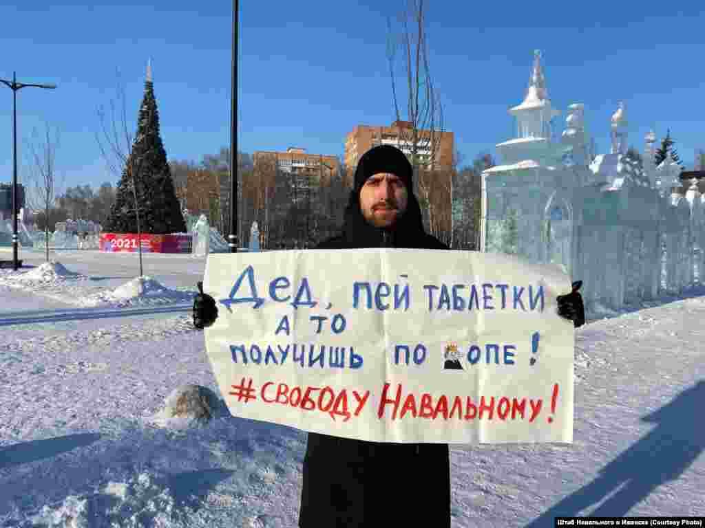 """""""Nagypapi, vedd be a piruláidat vagy fenékbe leszel rúgva! Szabadságot Navalnijnak!"""" - hirdeti ez a plakát."""