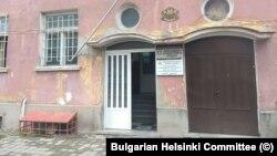 Входът на ареста в Габрово. Задържаните все още се заключват в мазето (прозорецът на сутерена с червените решетки, вляво на снимката).