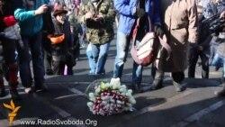 До місця, де було вбито активістів Майдану, люди поклали квіти