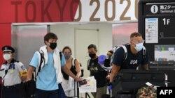 Прибывшие рейсом в Токио атлеты