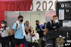 اعضای تیم شنای آمریکا هنگام ورود به ژاپن برای بازیهای المپیک