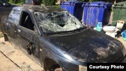 Разбитая машина у сквера на улице Ярославской в Вологде. Фото Ирины Йовжий