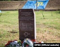 Возложение цветов к памятному знаку жертвам геноцида крымскотатарского народа в Херсоне, 18 мая 2021 год