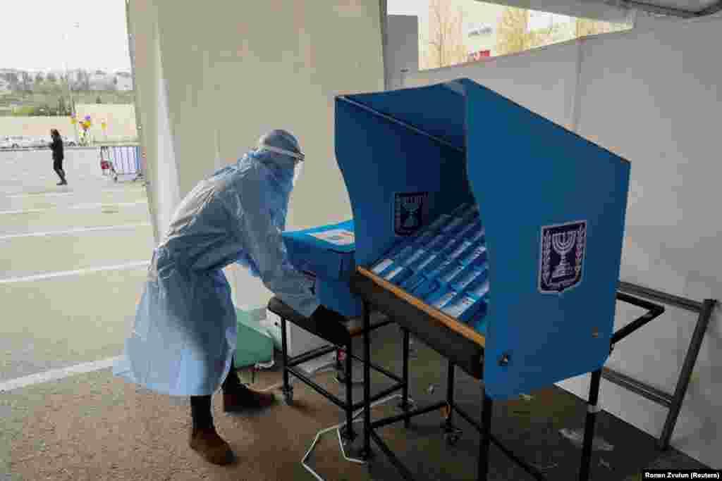 A karanténban lévő, illetve koronavírussal fertőzött izraeliek számára hozták létre ezeket a mozgó urnákat.