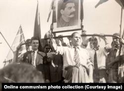 Николае Чаушеску (слева) на параде, приветствующем советские войска. Август 1944 года.