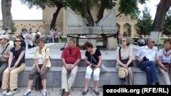 Samarqanddagi xorijlik turistlar.