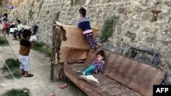 Деца си играат во еден од камповите за бегалци и мигранти на грчкиот остров Хиос.