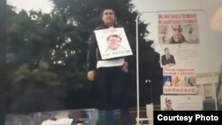 DWT oppozision hereketiniň lideri Myrat Gurbanow Ženewada protest geçirýär.