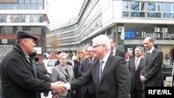 Ivo Josipović u razgovoru sa građanima tokom posjeta Sarajevu, travanj 2010, Foto: Selma Boračić