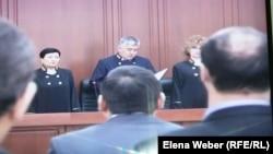 Судьи апелляционной инстанции Карагандинского областного суда на оглашении решения по жалобам по «делу Серика Ахметова». Караганда, 14 марта 2016 года.