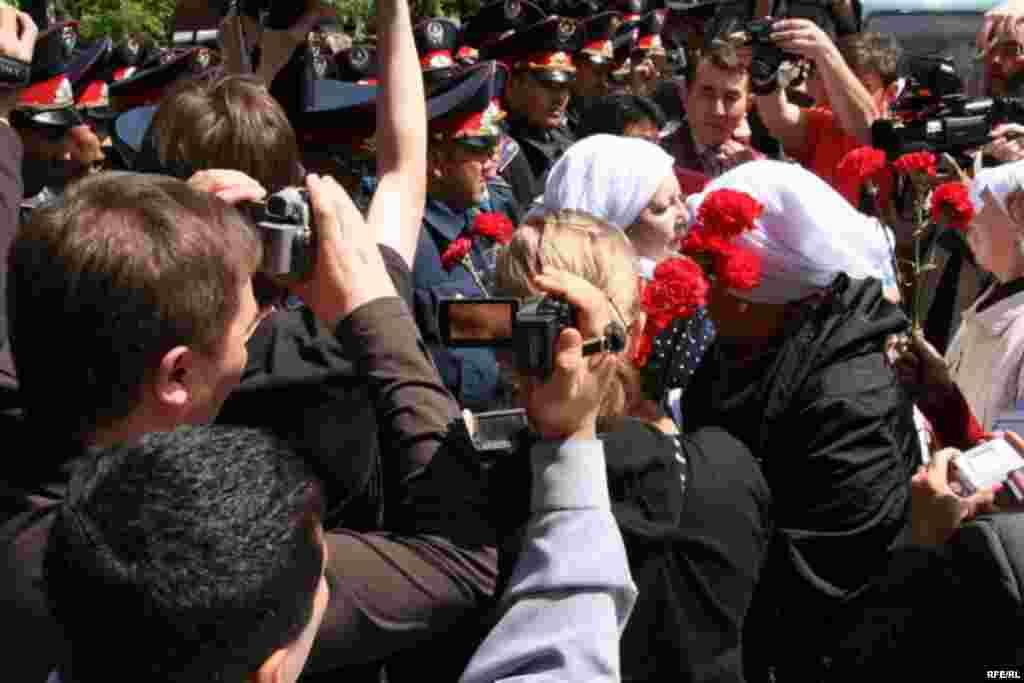 Женщинам-демонстрантам не удается пройти через полицейский кордон. Алматы, 1 мая 2010 года.