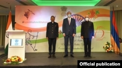 Armen Grigorian (center) takes part in an event dedicated to the 75th anniversary of India's independence in Yerevan on August 15.