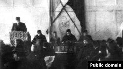Номан Челебиджихан Корылтай президиумында (уртада)