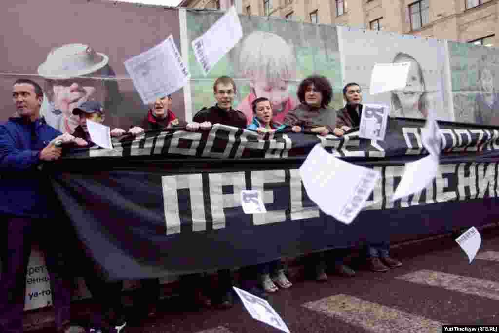 """Активисты различных оппозиционных движений провели на Триумфальной площади в Москве несанкционированную акцию """"Выборы без оппозиции – преступление!""""."""